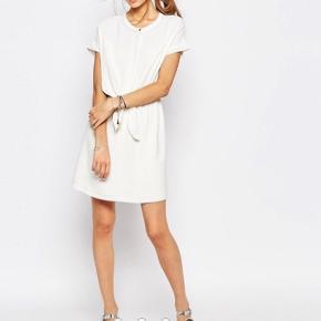 Sælger denne fine kjole købt på Asos. Den er str. 1, men passer str. small :-)  Den sælges for 200 + porto :-)