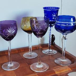 Flotte farvede vinglas i bøhmisk krystal. Ingen skader. Prisen er pr stk