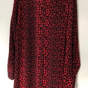 Maxi Kjole rødt leo mønster Jackie str.54 Er brugt som oversize kjole
