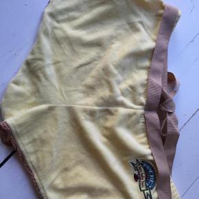 Varetype: Shorts Størrelse: 3 Farve: Gul Hvid Prisen angivet er inklusiv forsendelse.  200,00 stk. Bemærk der er to par, et par gule og et par hvide.