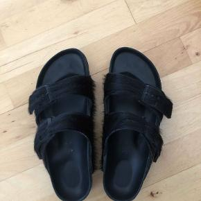 Pris til forhandling flaw på venstre sandal, se billede sender på købers regning