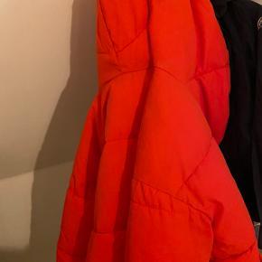 Den er godt brugt men ingen tegn på slid!  Kæmpe dejlig stor vinter jakke! Kom med et bud Str 36