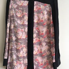 Smukt, klassisk PBP blouse i silk, str. S/36  Kun brugt & vasket en gang.