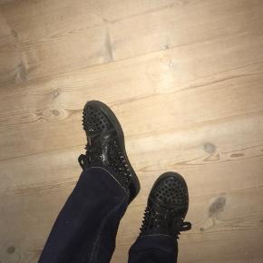 Sælger disse mega lækre sneakers fra Christian Louboutin!  Som ses er de brugt, men kan sagtens stadig få glæde af dem. Str 38, men kan også passes af en 39 Nypris 7200