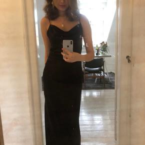 Mørkebrun/mørkerød meget meget smuk lang slip on kjole tilsalg. Kun brugt 1 gang. Nypris 1200.