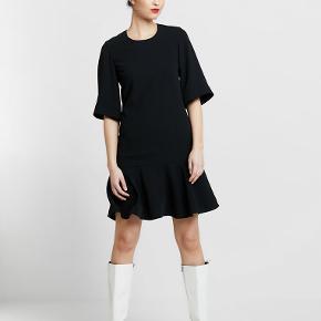Fed kjole. Str 42 i sort. Aldrig brugt, stadig med mærker.  Butikspris 1545 Sælges for 500 plus Porto  Materiale: 100% polyester For: 100% bomuld Plejeanvisning: Maskinvask ved 30°C  Længde ca 97. Bredde på ryggen ca 44