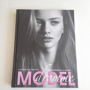 """""""En inspirationsbog til dig med modeldrømme"""" af Katrine Memborg - aldrig brugt 💁🏼♀️📸👠  Byd gerne kan både afhentes i Århus C eller sendes på købers regning 📮✉️"""