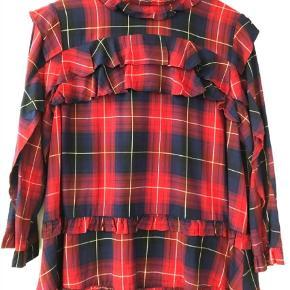 Varetype: Langærmet Størrelse: 44 Farve: Multi  Super fed skjorte - blå/rød. Med flæser. Knappes i nakken.  Ved TS handel betaler køber gebyret.   Bytter ikke