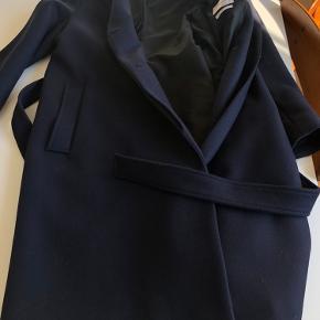 Super fin klassisk Filippa K frakke, model Eden coat, brugt et par gange, desværre købt for stor. Mål:  længde fra nakke og ned = 105 cm Brystmål = 55 cm Ærmlængde= 46 cm