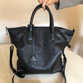 Fed og praktisk taske fra Tiger of sweden! Brugt en håndfuld gange - men i super stand! sælges grundet flytning.