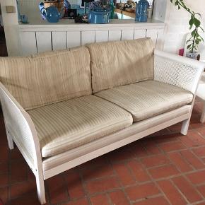Skøn to personers sofa. Trænger til at blive ombetrukket , derfor den lave pris. Sælges kun på grund af kommende pladsmangel Målene er 145b og 75d. Ved afhentning senest onsdag den 17/4. Kan den hentes for kr 300
