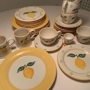 Laura Ashley porcelæn. 6 middags tallerkner 25,5 cm 6 frokost tallerkner 20 cm 8 undertallerkner 4 kopper 2 krus 1 skål 1 æggebæger