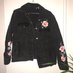 Virkelig fed denim jakke med blomsterprint på i str. 36 (oversize da jeg er en str 38-40/medium og den passer mig perfekt). 😊