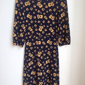Fin og let marineblå kjole med gule blomster i meget flexibelt stof. Str er small, men passer small/medium. Helt ny, dog er mærket taget ud. Ny pris 499kr  Klik på foto ved 'mød sælgeren', og se alle mine fine annoncer🦋