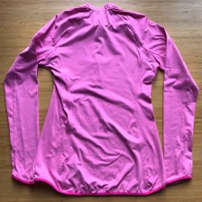 Lækker tynd stretch trøje til træning fra H&M.