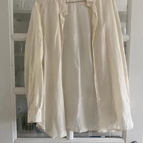 Råhvid skjorte i ren silke. Som ny. Over size model