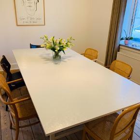 Super flot spisebord  Består af en jernramme, hvor træpladen er i ( du kan skifte pladen ud som du vil, da den er skruet i nedefra.)  På to ben af jern og støtte det giver et godt og solidt bord.  Lidt afslag i malingen men nemt at gå over  med ny ønsket farve. / sender gerne flere billeder.  Mål: 240x120 cm   Står i Esbjerg C