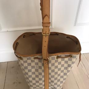 Skøn LV taske - model Noe - den store model. Fejler intet - men der er brugsspor/patina  på den, hvilket kun gør tasken flottere, efter min mening.  Jeg har kvittering - æske og dustbag til den. 🌸🌸🌸