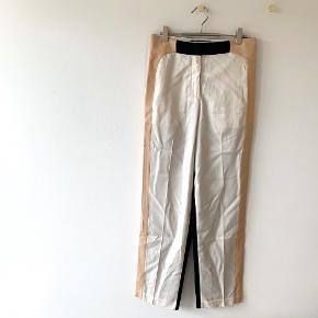Flotte 70% silke og 30% uld bukser fra By Malene Birger - Str. 32 (er selv str.34-36) så de er store i størrelsen.  Kan afhentes i Silkeborg, Aarhus, Brande eller sendes for 37,-