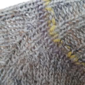 Hjemmestrikket. I helt vildt blød baby alpaca, og uld mohair. Fin kvalitetsgarn.  Str small.  Den sidder helt til på mig.. er 38/40