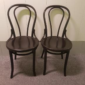To stk sort malede, formpressede Thonet stole i god stand. Man kan evt give dem en ekstra gang maling så de står endnu flottere end nu.  Prisen er for begge stole