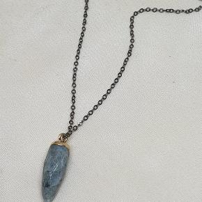 Oxideret halskæde med agat vedhæng. Den er 88 lang.