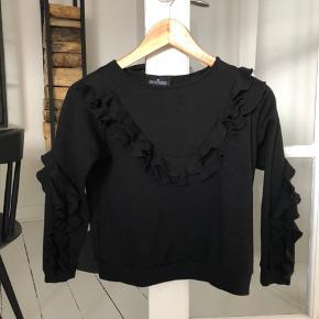 Fin og feminin sweatshirt med søde flæsedetaljer. Lille i str. (str 12 år, men svarer til ca. 10 år)