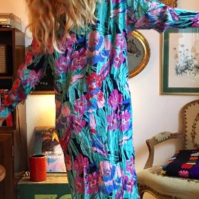 Vintagekjole med flagermusærmer og 80'er pang og pastel. Skal være lidt krøllet i stoffet 🌴