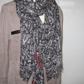 Lækkert tørklæde fra LV, tørklædet er brugt og har nogle få tråd udtræk. Ses ikke ved brugt. Det er passet godt på.  Alt følger med, pose kvittering og det lille mærke sider på..