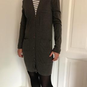 Super lækker lang cardigan købt i Urban Outfitters. Perfekt udover et par jeans eller en kjole.  Den måler 45 cm fra armhule til armhule og ca. 91 cm i længden.  Kan afhentes på Frederiksberg, ellers betaler køber for porto og evt. Ts-gebyr