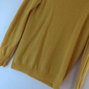 Fin gul rullekrave fra Benetton i uld. Brugt, men stadig i pæn stand. Har lidt fnuller i ulden. Str. M. Bytter ikke.