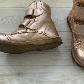 Super fine kobber farvede Angelos støvler. Kun brugt til pæn brug, der er lidt ridser på snuden, som de hurtigt får. Ellers super pæne.