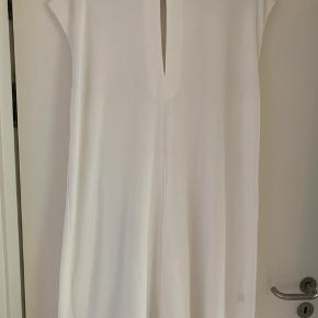 Kjole med fantastisk pasform, måler 58 over bryst Brugt et par gange da jeg også har samme model i en anden farve. Længde 100