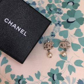 Smukke perleøreringe fra Chanel. Brugt få gange og fremstår helt nye