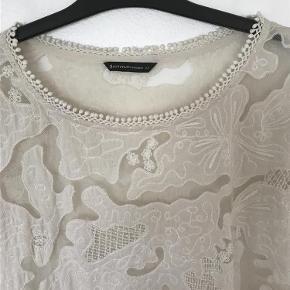 Varetype: Super flot bluse Størrelse: 44 Farve: Råhvid Oprindelig købspris: 1100 kr.  Virkelig smuk bluse. Flot halsudskæring. Brugt en enkelt gang. Længde 64. Bryst 60. Liv 56. Ærme 36 cm.