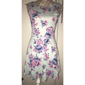 Super sød kjole fra h&m man ikke kan få mere. Brugt få gange, har købt en ny af den samme i en anden str så denne fejler intet. Str 38 Søgeord: sommer , sommerkjole , kjole , summer , skater , skaterkjole , blå , blomstret , blomster , kort , flagrende , smuk, flot , sød