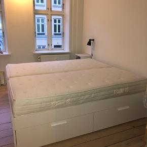 """HELT NY dobbeltseng (180x200), kun en måned gammel. Sengeramme er ingen ridser, og madrasserne ingen pletter.   Sengerammen er fra IKEA, i modellen """"BRIMNES"""" i den største størrelse. De to madrasser er 90x100, og er fra det tyske mærke Matrema. Madrasserne er hårde og former sig efter kroppen✨  Sengen har en samlet værdi på 8000kr. (Kvitteringer haves)   Sælges gerne for 5000kr   Afhentes i Aarhus C☺️"""