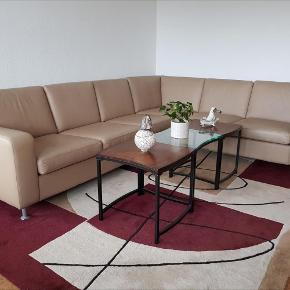 Varetype: sofa Størrelse: 6 pers. Farve: Beige Oprindelig købspris: 35000 kr.  Lækker og eksklusiv sofa, fuldstændig ny. Købt for 35000 kr i Roskilde.  Sælges pga. flytning.