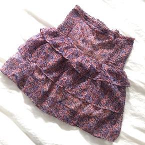 Så fin nederdel fra neo noir i størrelse small  Glimmer lyserød lilla fin kort nederdel stram sød blomster