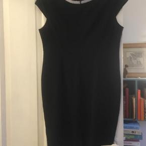 Brand: Vintage Varetype: kjole Størrelse: 18 Farve: Sort Prisen angivet er inklusiv forsendelse.  Skøn LBD - der står str 18 i nakken, vil umiddelbart vurdere den til en str 42. Lynlås i ryggen