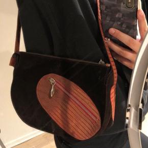 Sælger denne lækre Karl lagerfield taske til en god pris iforhold til standen og kvaliteten :-) skriv for yderlige billeder og info 😘