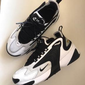 De fedeste Nike ZOOM 2k sneaks Få tegn på brug på stoffet, dog meget fin i standen  Byd gerne😅