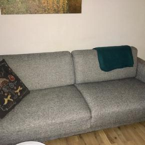 Cleveland 3-personerssofa fra Ilva sælges pga. flytning. Sofaen er i god stand - uden pletter eller revner og er desuden meget behagelig. Befinder sig i Aalborg C og skal selv hentes fra 1. sal. Mål: 208cm lang, 86cm dyb, 45cm høj (til sædet), 80cm høj (i ryggen). Fra røg- og dyrefrit hjem. Nyprisen var 3000 kr.