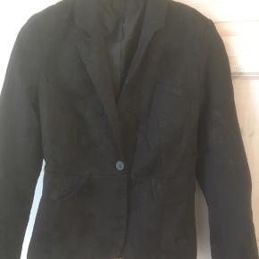Mærke: Pull&Bear Størrelse: 38 Farve: sort Jakken. : Habit jakke med flot snit i ryggen og 5 små knapper ved ærmet. Stoffet er vævet svagt med små blomster Materiale: Bomuld og polyester Stand: Aldrig brugt  Sælges 99 kr