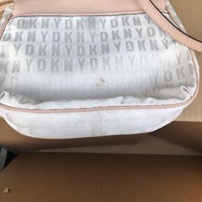Rigtig flot DKNY taske. Lidt misfarvninger - kan måske vaskes. Byd   Kommer i dustbag   Kvittering haves og kan fremvises!