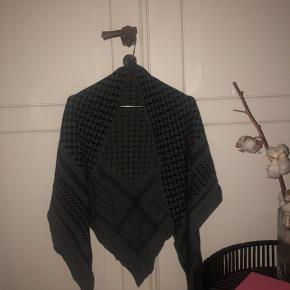 Tørklædet er et år gammelt.  Aldrig vasket. Størrelse: Medium Ingen skader eller tegn på slid.   Jeg bytter IKKE, så venligst lad være med at spørge. På forhånd tak:)