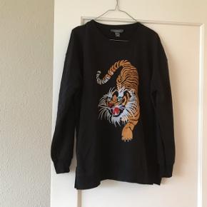 Sort sweatshirt-bluse fra Primark i str. 38 med tiger på 🐯 tigeren er broderet på, og det er virkelig fint! Blusen har et lettere oversize fit.   Bemærk - afhentes ved Harald Jensens plads eller sendes med dao. Bytter ikke 🌸  💫  Sweatshirt bluse jumper sweater sort tiger stribet striber