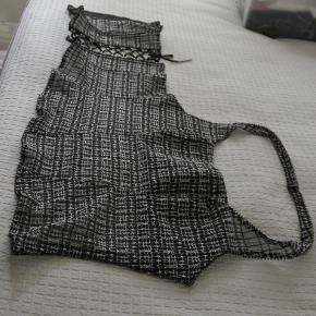 Corsage fra Lejaby. Brugt 1 gang sammen med en lang grå selskabsnederdel. Længde ca 35 cm.
