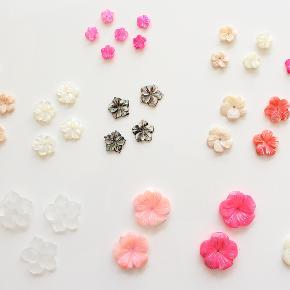 Perlemorsblomster, som kan anvendes til smykkefremstilling, hår- og accessory pynt eller dekoration mm..  Alle er helt nye og har et lille hul boret gennem midten til tråd, snor eller hoops.  Stor blomst 20 mm (frost, rosa, pink, hvid) - 10 kr./stk Mellem blomst 12-15 mm (rosa, hvid, sort, koral, brun) - 8 kr./stk Lille blomst 8-10 mm (pink) - 5 kr./stk  Mindstekøb er 10 stk i alt. Der er flere stk. udover dem der ses på billedet.  Kan sendes med sporbar post til 36 kr eller afhentes på Amager nær Amagerbro metro.
