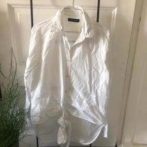 Won hundred skjorte Længere bagpå end foran Har bånd som kan bindes på forskellige måder.  Har haft den i lang tid, men har aldrig brugt den